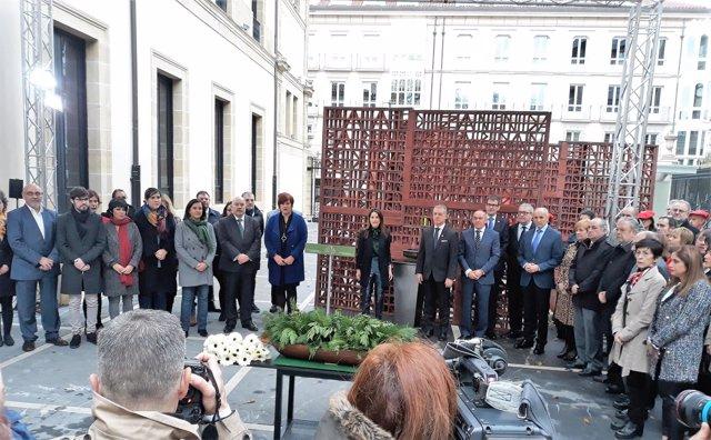 El Parlamento vasco recuerda a las víctimas el 'Día de la Memoria'