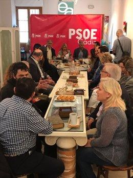 Vázquez en un encuentro del PSOE de Cádiz con entidades culturales