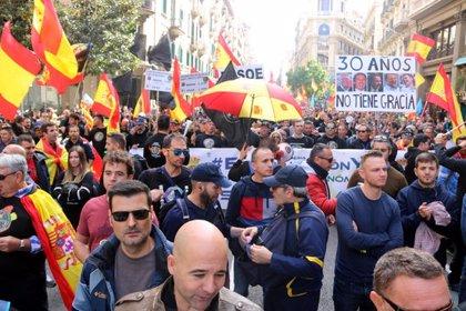 """Més d'un miler de policies espanyols omplen el centre de Barcelona per reivindicar """"l'equiparació salarial"""""""
