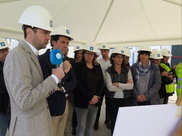 La ministra Teresa Ribera, junto al conseller Territorio, Marc Pons, en Menorca
