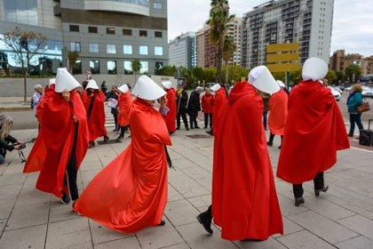Mujeres vestidas de 'El cuento de la criada' protestan en Valencia contra una jornada sobre vientres de alquiler
