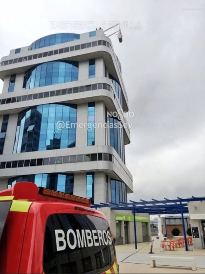 Rescatados dos trabajadores que quedaron atascados en una grúa en la planta novena de un edificio de Sevilla capital