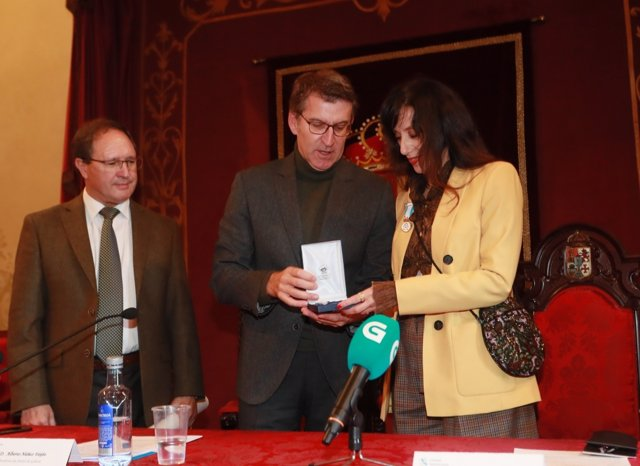 Feijóo entrega a Luz Casal el XXXI Grelo de Ouro de Fundación Amigos de Galicia