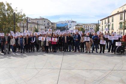 """Unas 200 personas reprochan a la Junta en Alhama de Granada los """"casi 20 años"""" de espera para terminar la A-402"""
