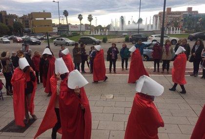 Una performance de 'El cuento de la criada' protesta a València contra una jornada comercial sobre ventres de lloguer