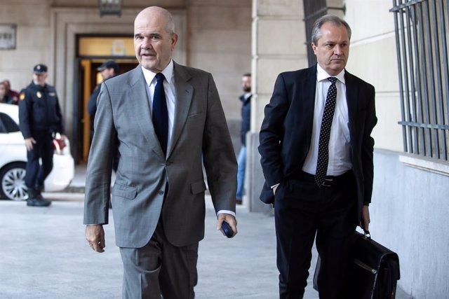 Manuel Chaves y su abogado Pablo Jiménez de Parga, a la llegada a la Audiencia