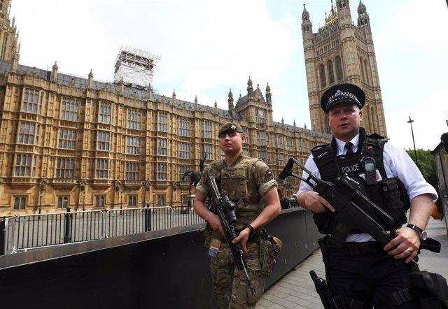 Soldados y policías británicos patrullan cerca del Parlamento