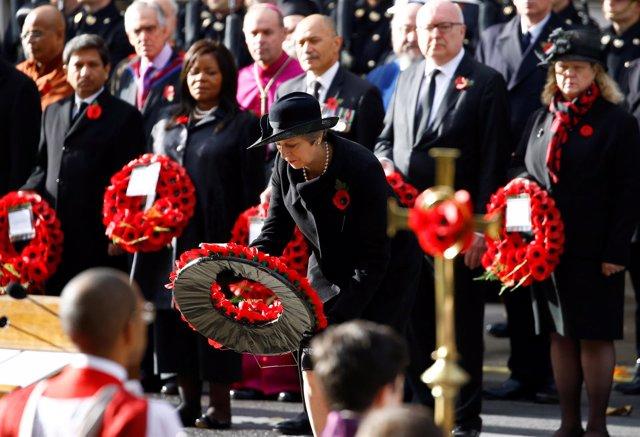 Theresa May depositando una corona de flores en el Día del Recuerdo en el Cenota