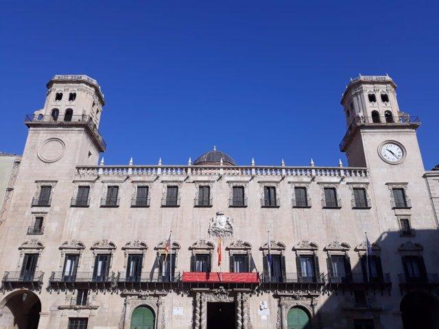 Fachada del Ayuntamiento de Alicante este septiembre