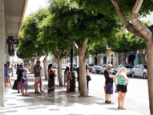 Gente esperando un taxi en Ibiza