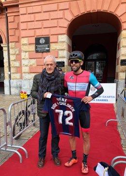 El ciclista recibe una camiseta del club