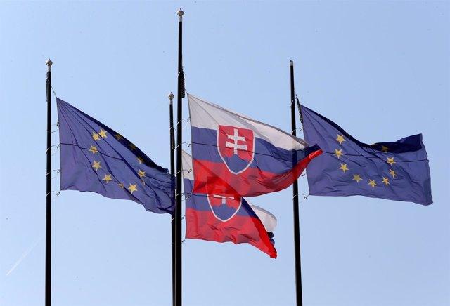Banderas de Eslovaquia y de la UE
