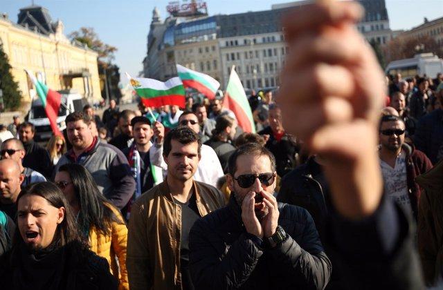 Manifestantes búlgaros protestan por la subida del precio del combustible.