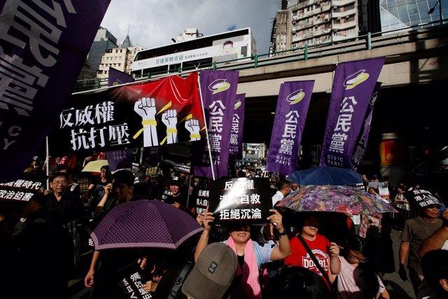 Activistas protestan durante el Día Nacional de China, en Hong Kong
