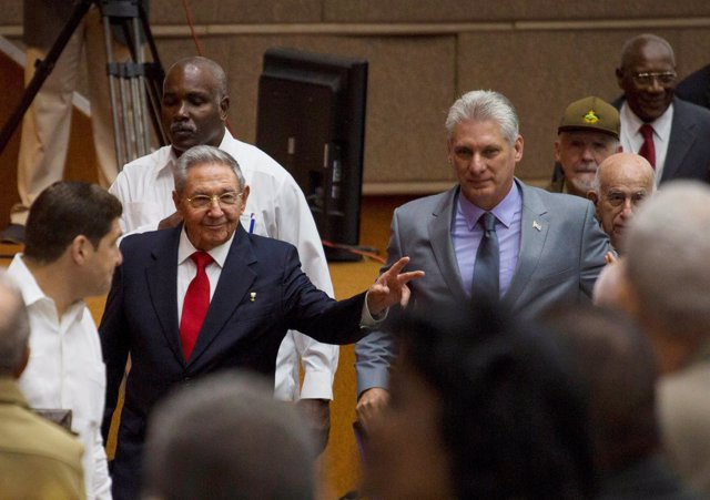 Cuba's President Raul Castro (C-L) and First Vice-President Miguel Diaz-Canel (C