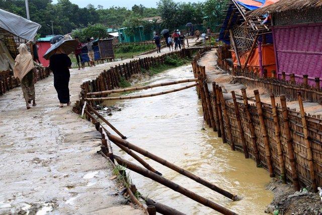 Campo de refugiados rohingya en Bangladesh afectado por las lluvias