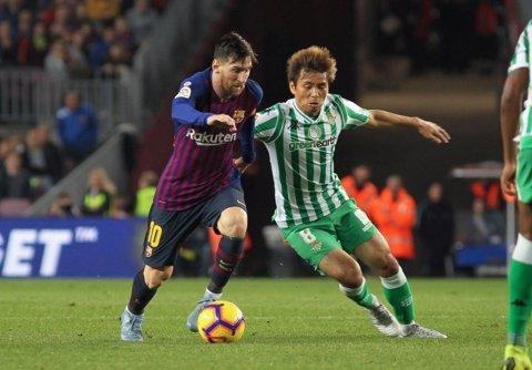 Messi pugna con Inui en el FC Barcelona-Betis