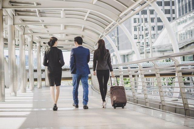 Jóvenes, viaje, negocios