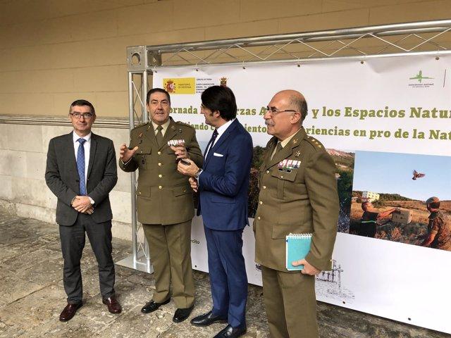 El general Rivas y Suárez-Quiñones conversan en el centro de la imagen, 12-11-18