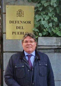 Rogelio Mena, ante la Oficina del Defensor del Pueblo en Madrid