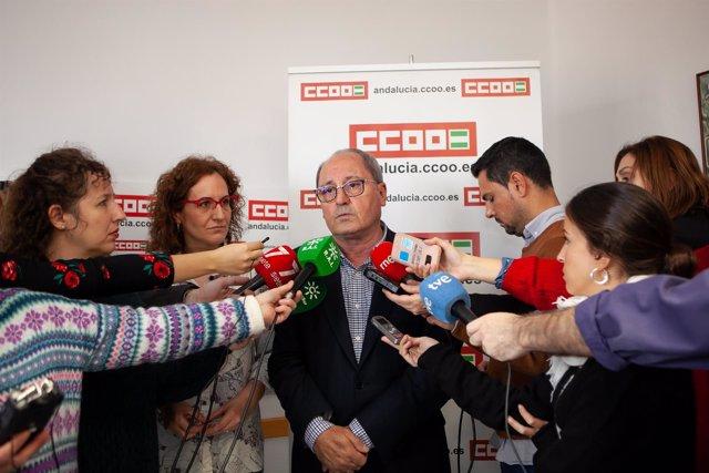 Juan Cornejo, en la sede de CCOO-A, atendiendo a los periodistas