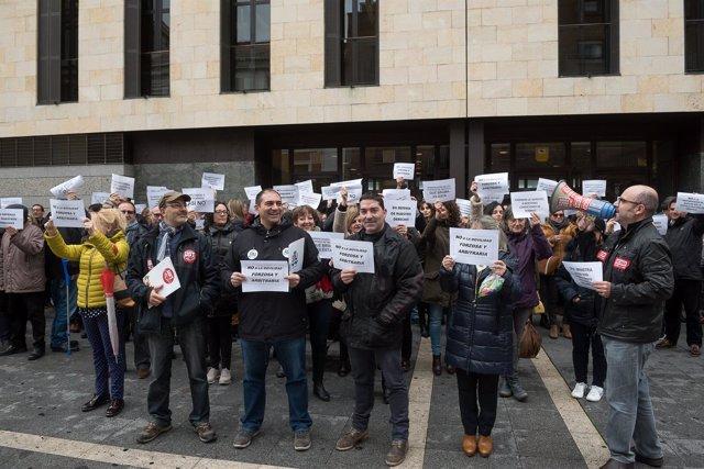 Concentración de trabajadores a las puertas de los juzgados.