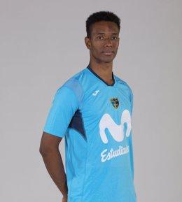 Adams Sola, con la nueva camiseta con mangas del Movistar Estudiantes