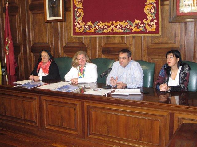 La concejal de Sanidad con representantes de ADETeruel.