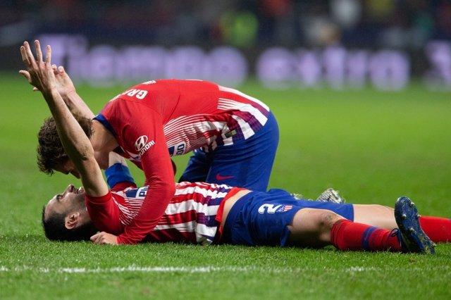 Godín, en el suelo y abrazado por Griezmann tras anotar el 3-2 ante el Athletic