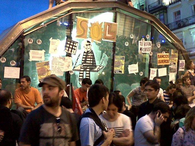 Puerta Del Sol Con Manifestantes Del 15M