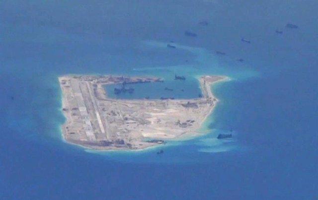 Foto de archivo de la Armada estadounidense que muestra instalaciones chinas.