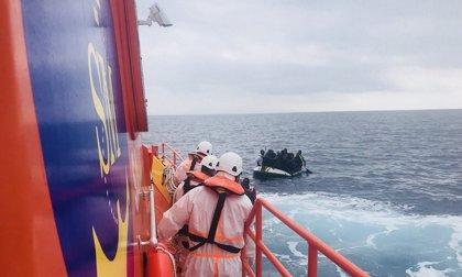 Trasladan a Málaga y a Motril (Granada) a 197 inmigrantes rescatados en la costa andaluza