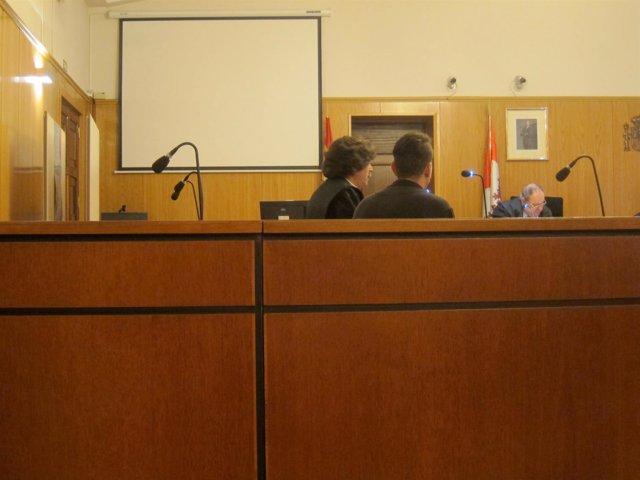 El acusado y su letrado, en la Audiencia de Valladolid.
