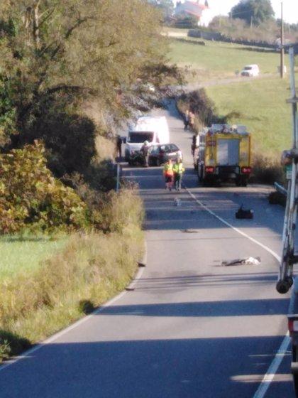 Dos heridos leves en una colisión frontal entre dos vehículos  en Gozón