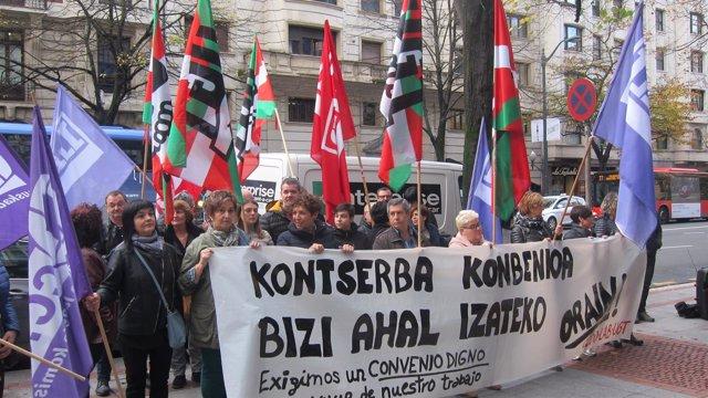 Concentración en Bilbao de trabajadoras de Conservas en Bizkaia