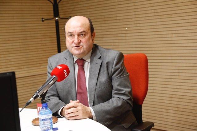 Andoni Ortuzar en una entrevista en Radio5