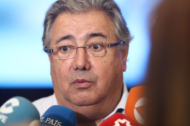 Juan Ignacio Zoido atiende a los medios en el Congreso del PP
