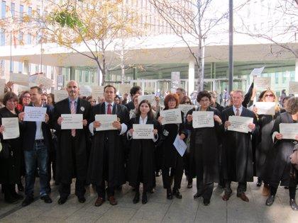 Un centenar de lletrats de l'Administració de Justícia es concentren a Barcelona per reclamar millores salarials