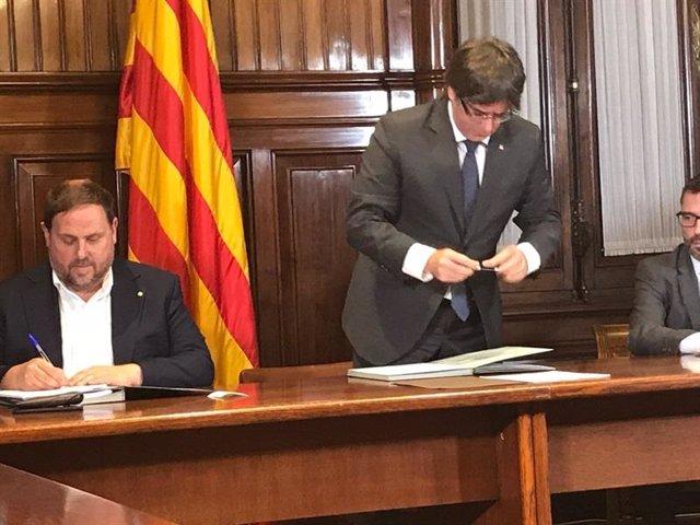 Junqueras y Puigdemont firman la convocatoria del 1-O (Archivo)