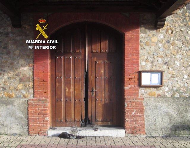 Puerta de la iglesia donde se provocó el incendio