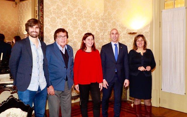 Luis Rubiales (presidente de la RFEF) y Armengol (presidenta del Govern)
