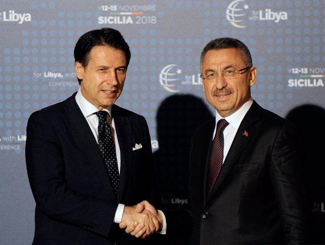 Guiseppe Conte saluda al vicepresidente de Turquía, Fuat Oktay