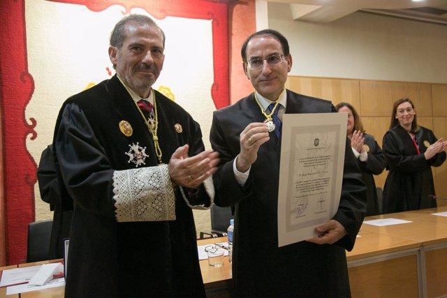 El decano de abogados de Málaga entrega medalla a González de Lara