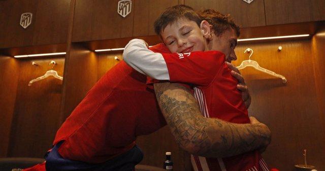 Griezmann abraza a Manu en el vestuario del Wanda Metropolitano
