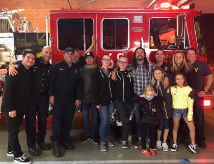 Dave Grohl hace una barbacoa para los bomberos que trabajan en el incendio de California