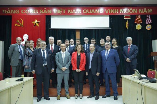 La pta. Del Puerto de Barcelona Mercè Conesa con representantes de Vinamarine