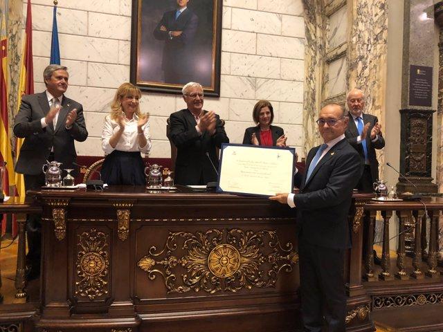 El doctor Anastasio Montero recibe el premio Certamen Médico