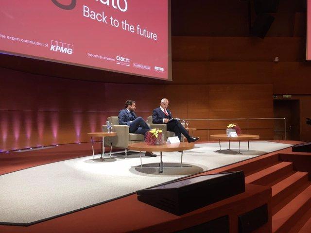 El presidente de Faconauto, Gerardo Pérez, y el profesor de Iese Marc Sachon