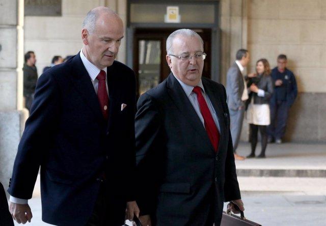El exconsejero Antonio Fernández con su abogado Alfonso Martínez del Hoyo