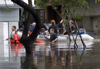 Un muerto y alrededor de 1.800 personas evacuadas a causa de las inundaciones en Buenos Aires